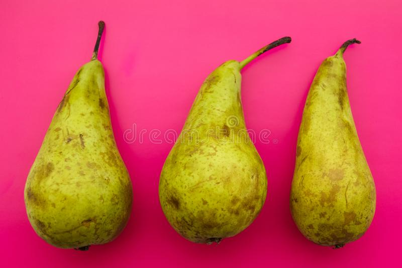 três peras orgânicas naturais com imperfeição natural foto de stock