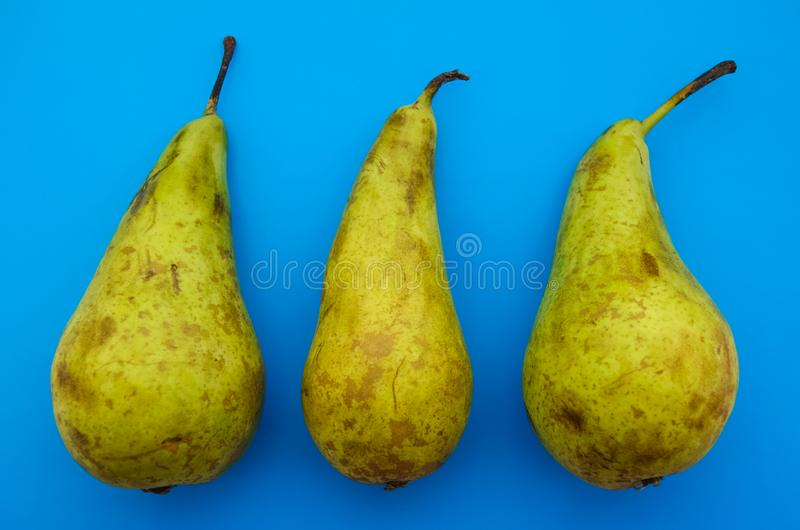 três peras orgânicas naturais com imperfeição natural foto de stock royalty free