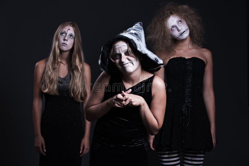 Três personages de Halloween sobre o fundo escuro fotografia de stock