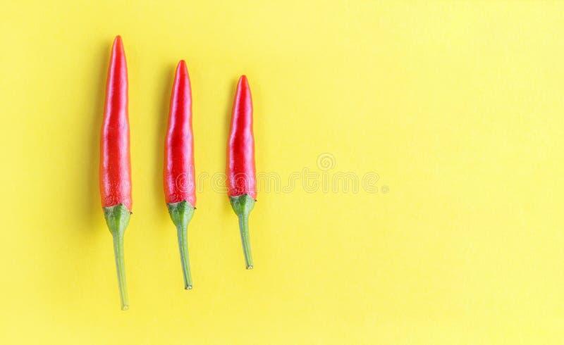 Três pimentas de pimentão vermelho arranjadas imagem de stock royalty free