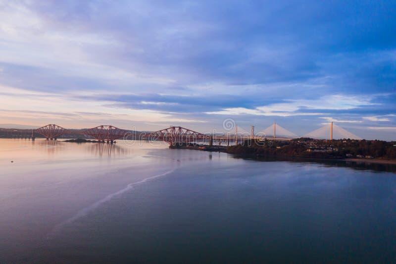 Três pontes, adiante ponte de estrada de ferro, adiante ponte da estrada e cruzamento de Queensferry, sobre o delta de adiante pe fotografia de stock royalty free