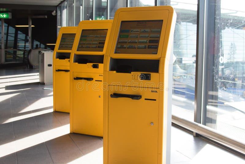 Três portais amarelos do registro do aeroporto no aeroporto de schiphol imagem de stock
