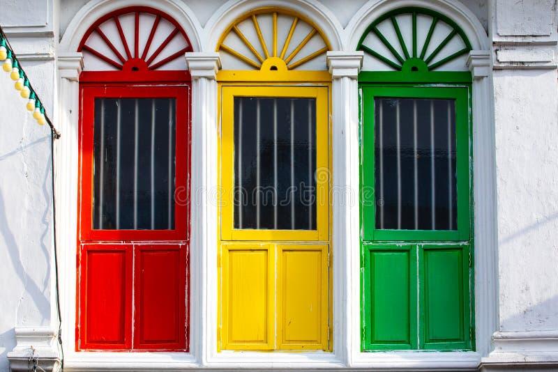 Três portas ou janelas coloridas exteriores na fachada de uma casa antiga fotografia de stock