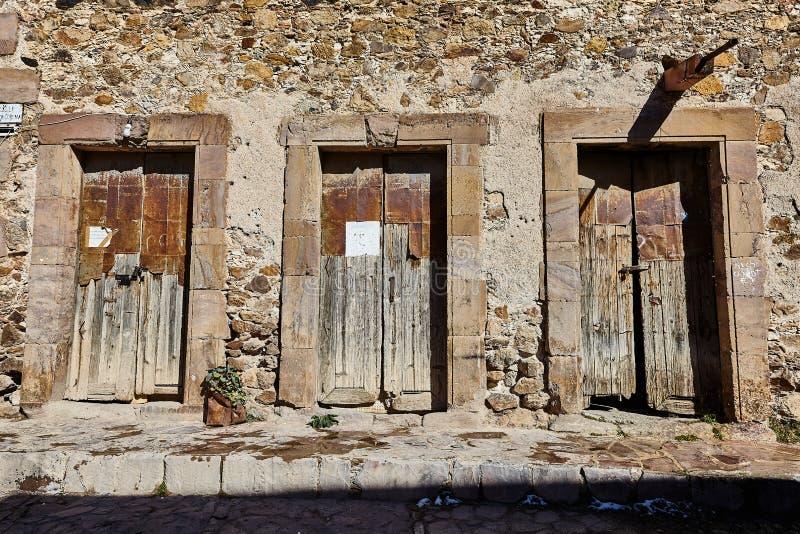 Três portas velhas em uma construção antiga fotografia de stock
