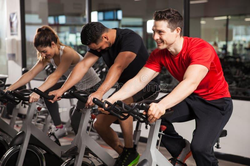 Três povos que fazem o giro em um gym fotografia de stock