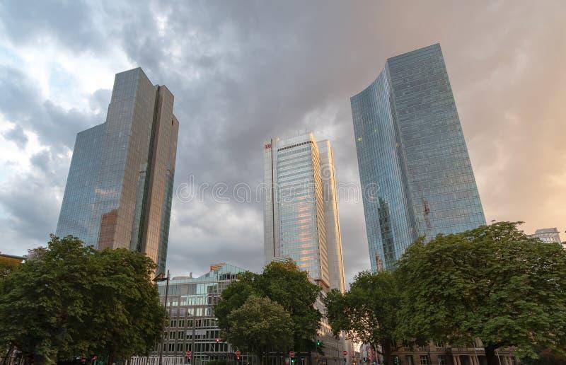 Três prédios de escritórios Deuthce Bahn no meio estão estando sob um céu nebuloso imagem de stock royalty free