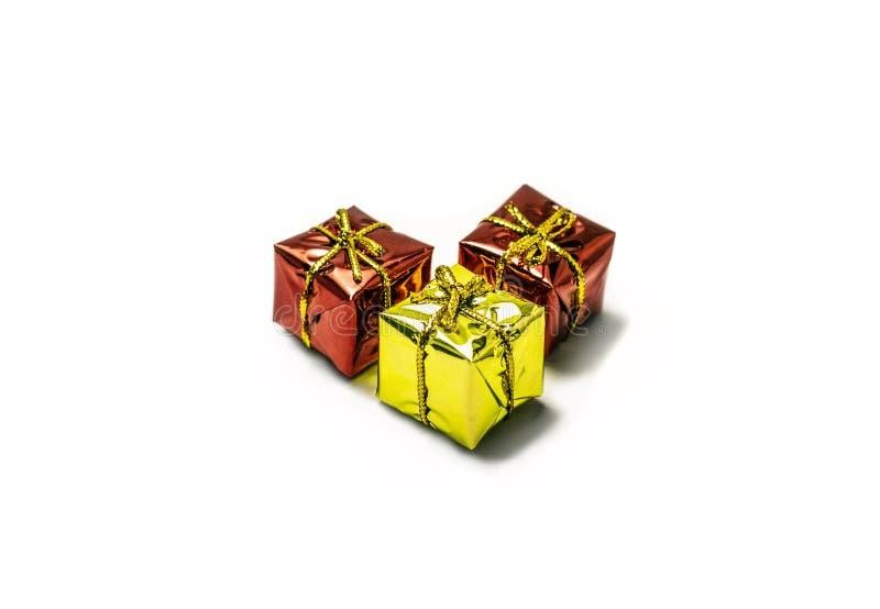 Três presentes, dois vermelhos e um amarelo com fitas imagens de stock royalty free