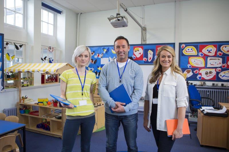 Três professores em uma sala de aula imagens de stock royalty free