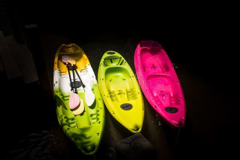 Três que kayaking no lago Fundo preto fotos de stock
