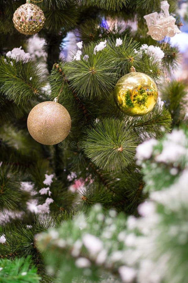 Três quinquilharias douradas do Natal em uma refeição matinal da árvore fotografia de stock royalty free