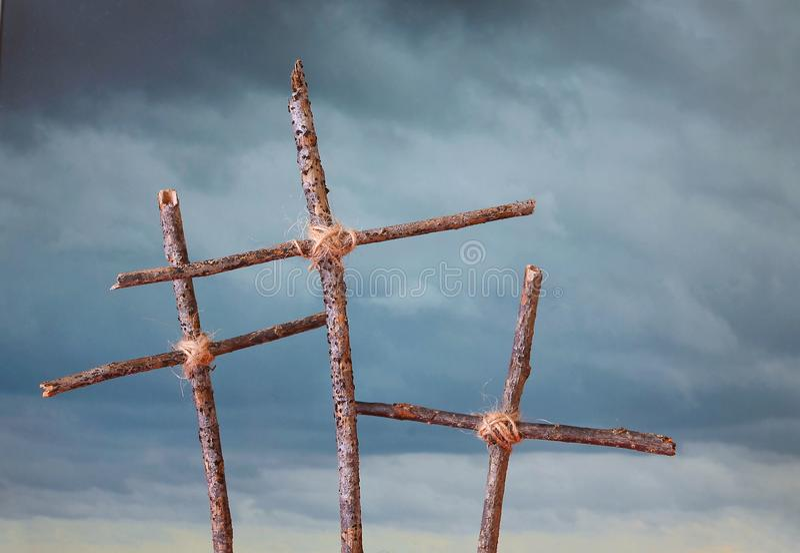 Três rústicos, cruzes caseiros na frente de um céu tormentoso que representa a crucificação do Sexta-feira Santa de Jesus Christ  fotografia de stock royalty free