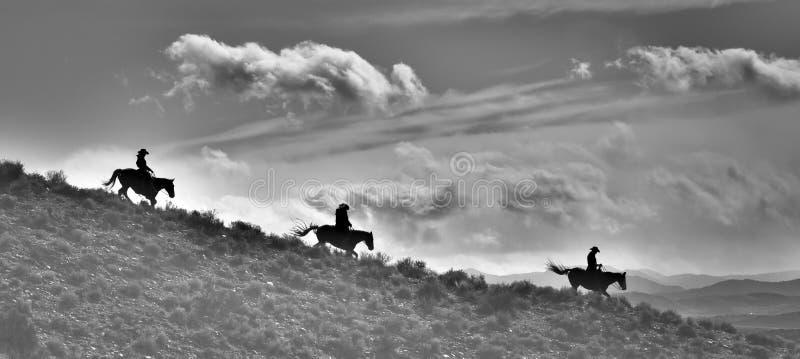 Três Ridge Riders Silhouette e a terra no estilo do pano e preto e branco imagens de stock royalty free