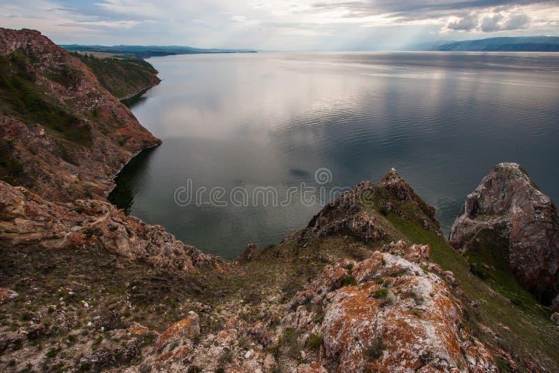 Três rochas dos irmãos na ilha de Olkhon no Lago Baikal em um dia nebuloso com as montanhas no horizonte imagens de stock