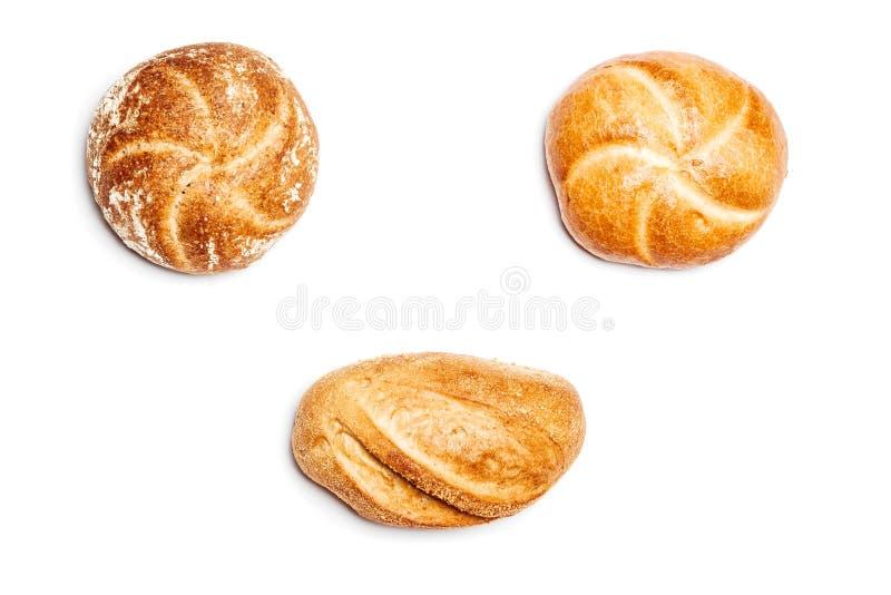 Três rolos de pão diferentes no fundo branco, ângulo alto foto de stock
