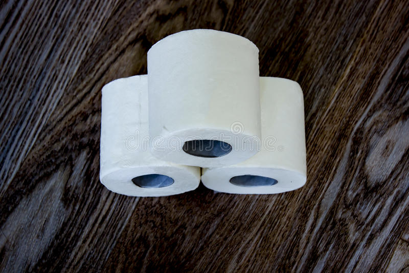 Três rolos do papel higiênico branco foto de stock