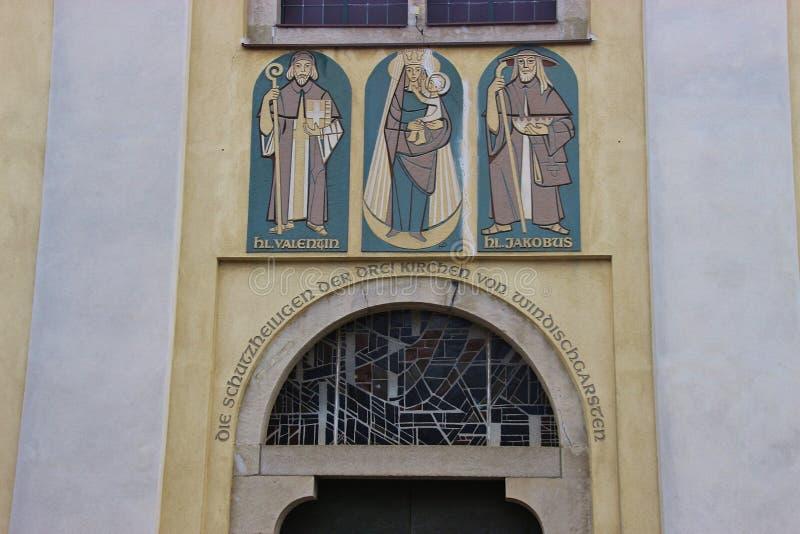 Três Saint na fachada de Saint John Parish Church construíram em 1408 na cidade histórica Windischgarsten do mercado imagem de stock royalty free