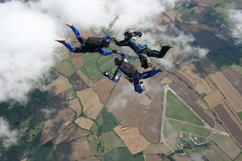 Três skydivers na queda livre fotografia de stock royalty free