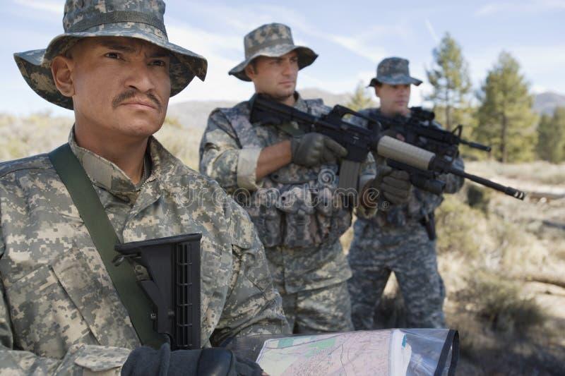 Três soldados durante o treinamento imagem de stock