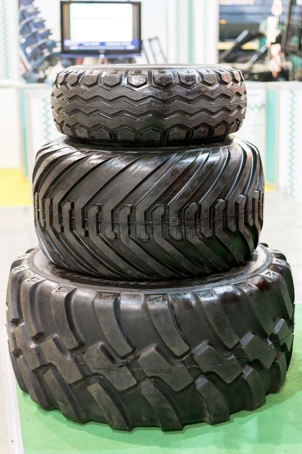 Três tampas do pneumático do trator separadamente A roda grande do caminhão ou do trator um preto cansa o close up fotografia de stock royalty free