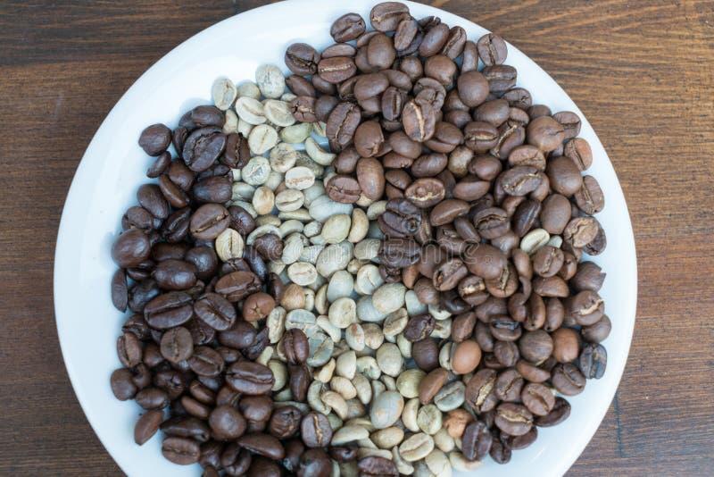 Três tipos de feijões de café na placa imagens de stock