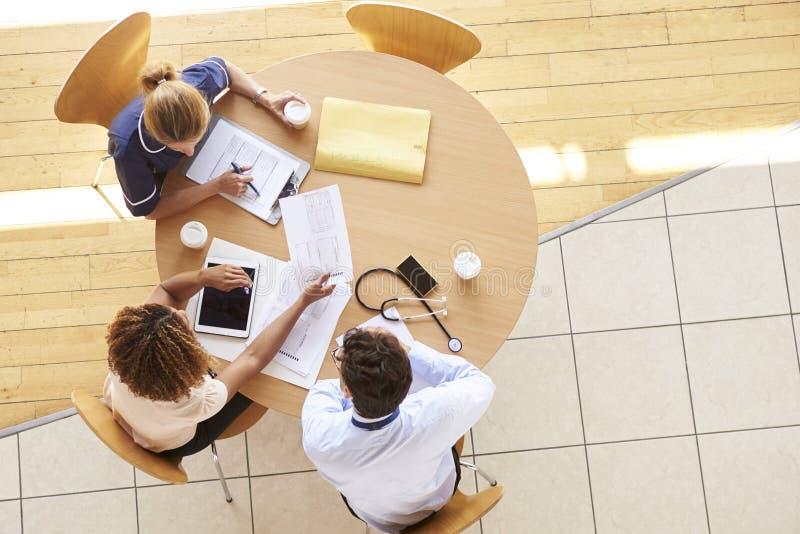 Três trabalhadores superiores dos cuidados médicos em uma reunião, vista aérea fotografia de stock royalty free