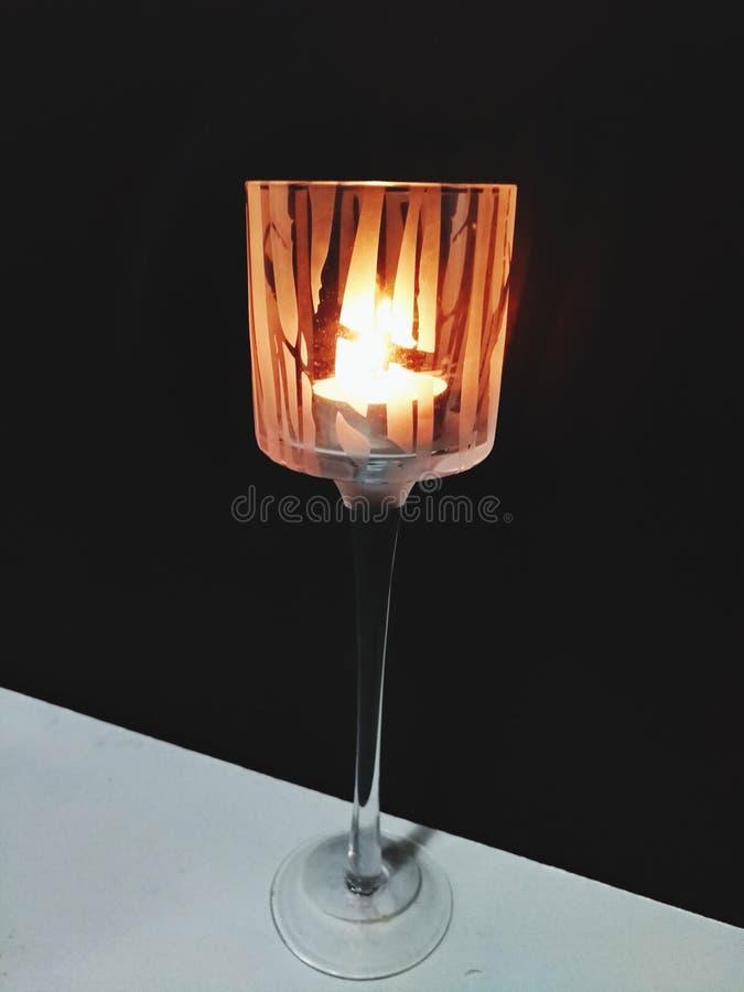 Três velas iluminaram-se em seguido acima em uma noite escura de sua sala imagens de stock