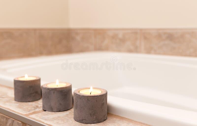 Três velas que decoram o banheiro fotos de stock