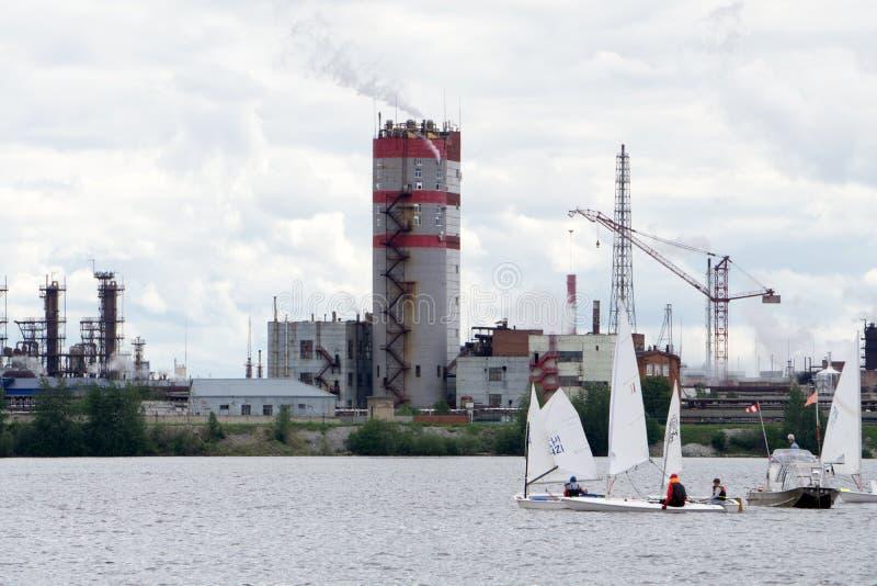 Três veleiros que competem no lago no fundo imagens de stock royalty free