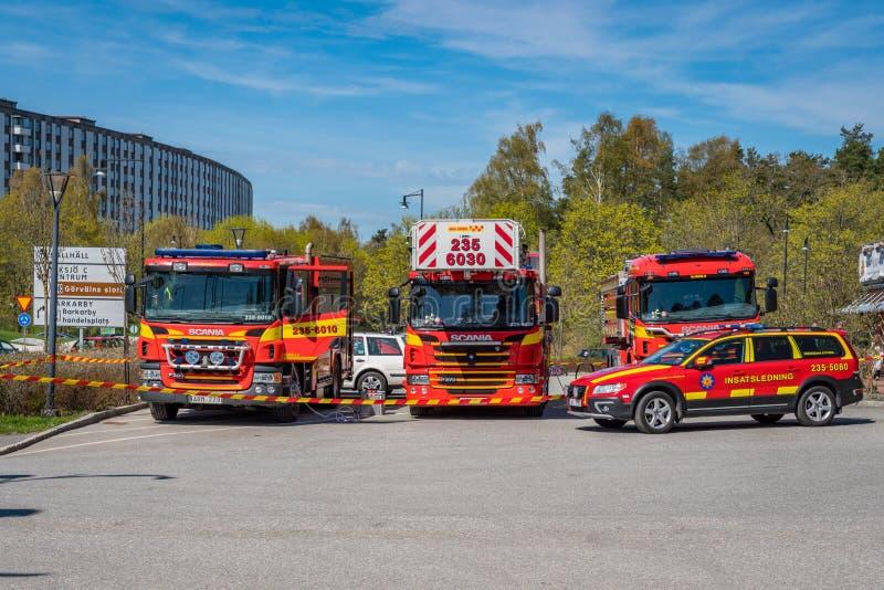 Três viatura de incêndio suecos vermelhas e um carro fotos de stock royalty free
