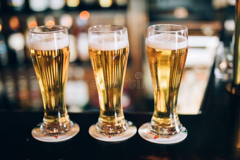 Três vidros com cervejas em um bar imagem de stock royalty free
