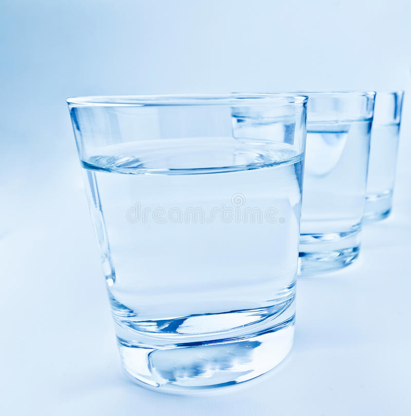 Três vidros da bebida com conceito da água, da nutrição e dos cuidados médicos foto de stock