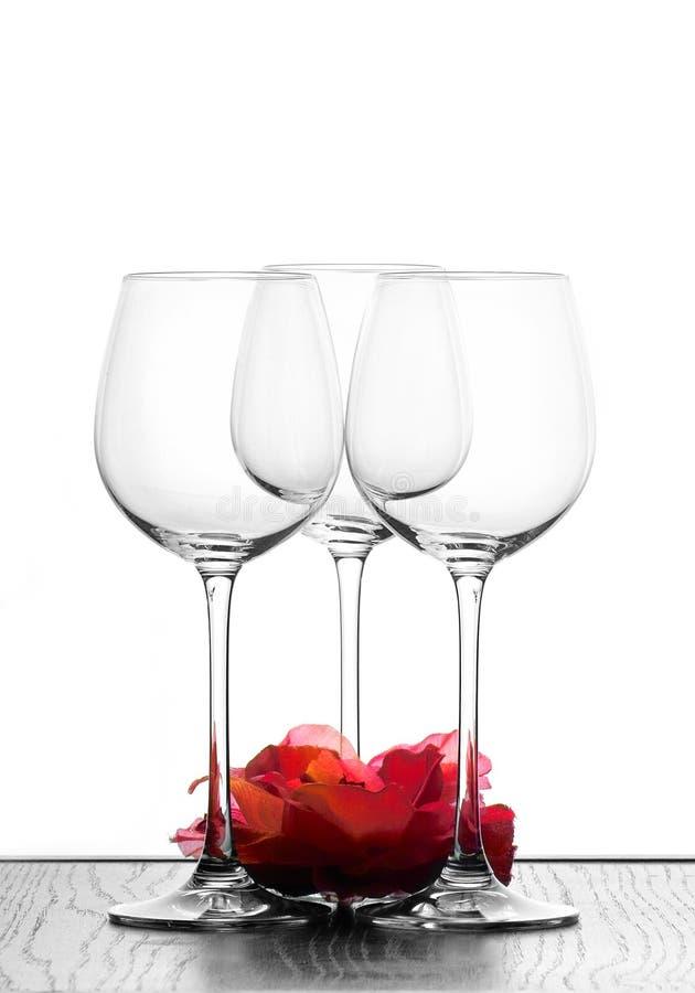 Três vidros e flores de vinho foto de stock royalty free