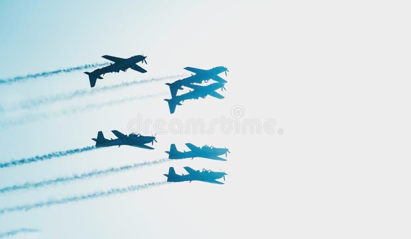 Três voos dos planos de cabeça para baixo e outro três que voam normalmente fotografia de stock