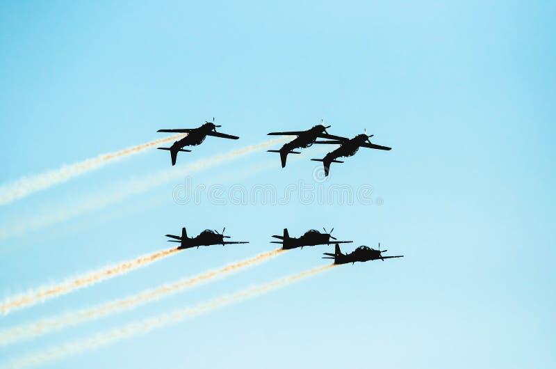 Três voos dos planos de cabeça para baixo e outro três que voam normalmente imagem de stock royalty free