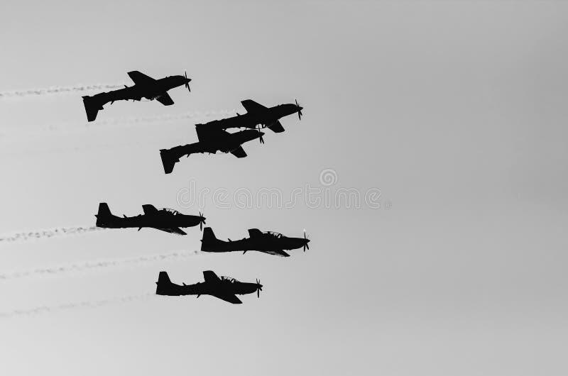 Três voos dos planos de cabeça para baixo e outro três que voam normalmente fotos de stock