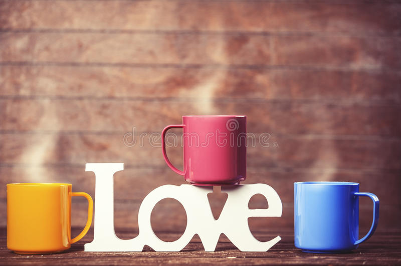 Três xícaras de café e amores da palavra foto de stock