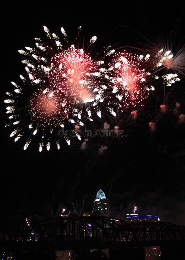 Trío de los fuegos artificiales de la flor sobre el horizonte de Cincinnati imagen de archivo libre de regalías