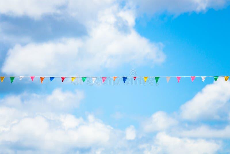 Trójbok flaga kolorowa dekoracja przy partyjnym lub świątynnym jarmarkiem z niebieskim niebem zdjęcia royalty free