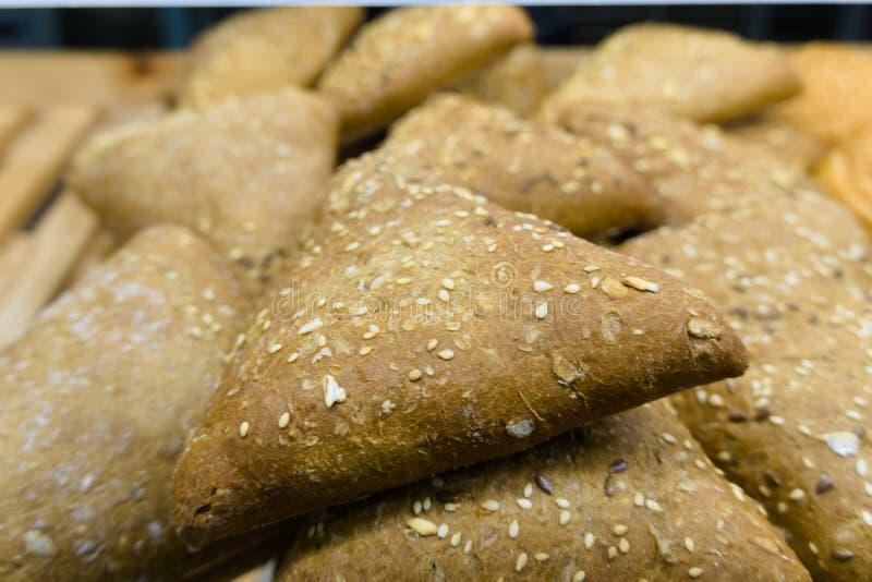 Trójboka chleb z słoneczników ziarnami i łamanymi lnów ziarnami obrazy royalty free