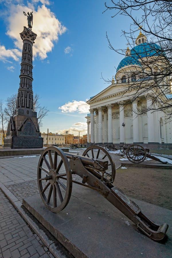 Trójcy Troitsky katedra i kolumna chwała na cześć obrazy stock