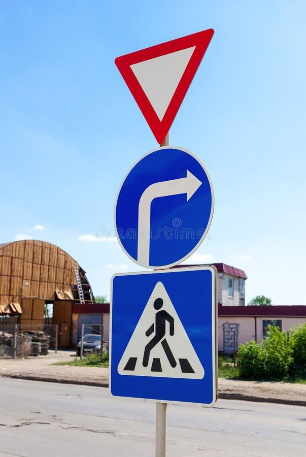 Trójgraniaści, round i kwadratowi ruchów drogowych znaki, zdjęcia stock