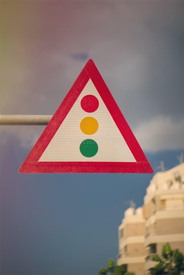 Trójgraniasty światła ruchu przeciw tłu niebo zielone światło lotniskowy strzałkowaty symbol obrazy stock