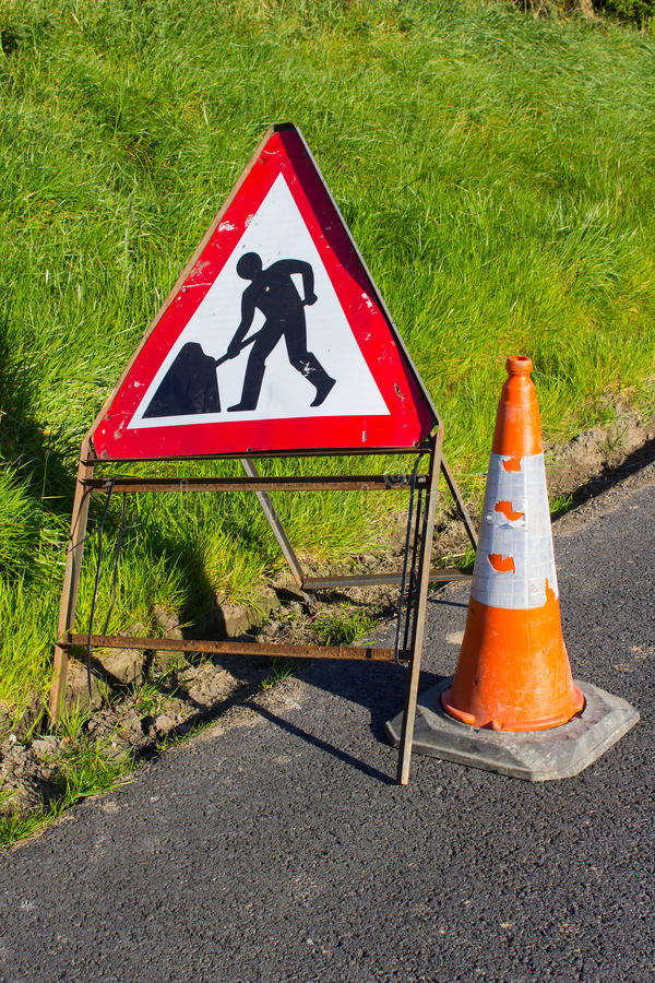 Trójgraniasty czerwieni i bielu zagrożenia drogowy znak ostrzegawczy z vis ruchu drogowego rożka gumowego ocechowania drogowymi k obraz stock