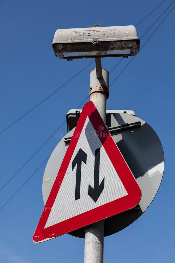 Trójgraniasty drogowy znak wskazuje dwa ruch drogowego w grodzkim centre Widnes Kwiecień 2019 obrazy royalty free