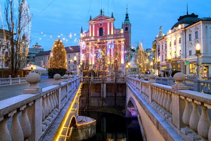 Trójka mosty choinka na Preseren kwadratowym i Franciszkański kościół, iluminujący dla bożych narodzeń i nowego roku świętowania, zdjęcia stock