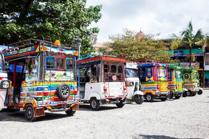 Trójkołowowie dekorujący jako tradycyjni Kolumbijscy chivas przy kolorowym Guatape obrazy stock