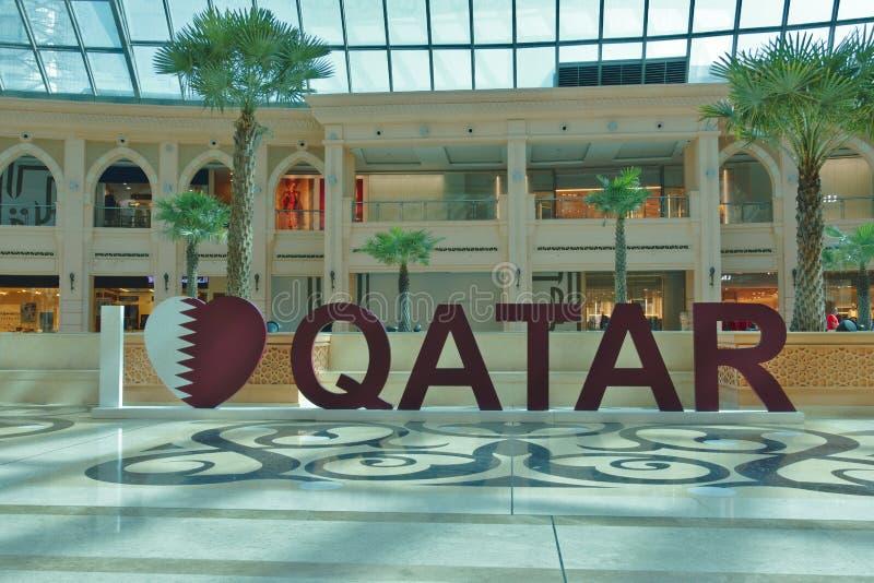 Trójwymiarowy writing ` kocham Qatar ` w jeden wiele centra handlowe w Doha, Katar obraz stock