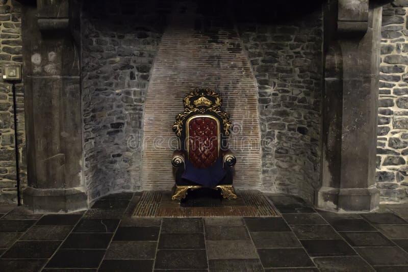 Trône dans le château image stock