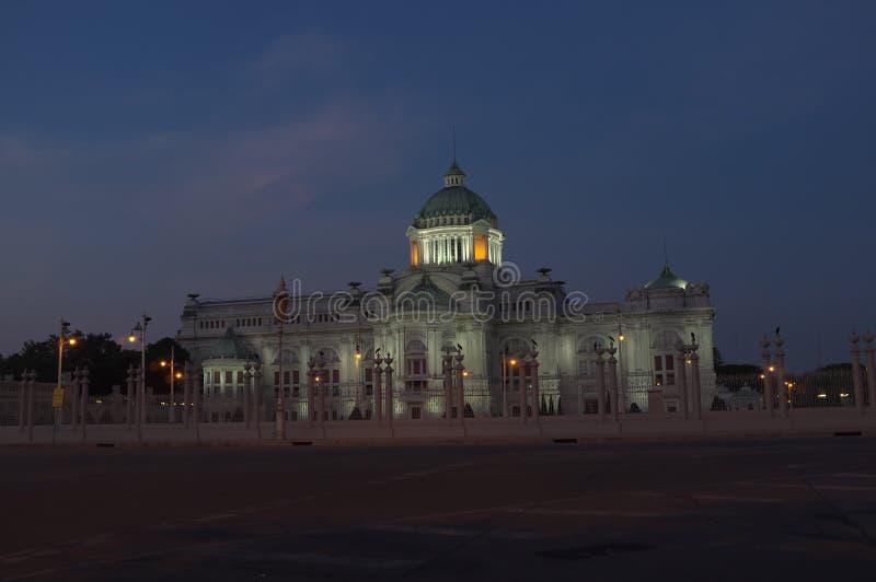 Trône Hall d'Ananta Samakhom dans fin de soirée images stock