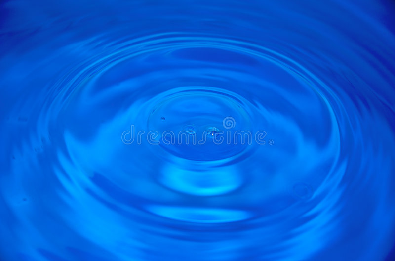 Tröpfchen des blauen Wassers lizenzfreie stockfotos